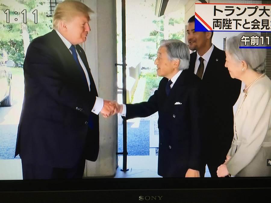 美國總統川普攜梅蘭妮亞夫人6日上午11時搭乘插了美日國旗的美國總統專車,赴東京的皇居御所(皇宮天皇的住處)拜會日皇明仁和皇后美智子。(翻拍自NHK電視畫面)