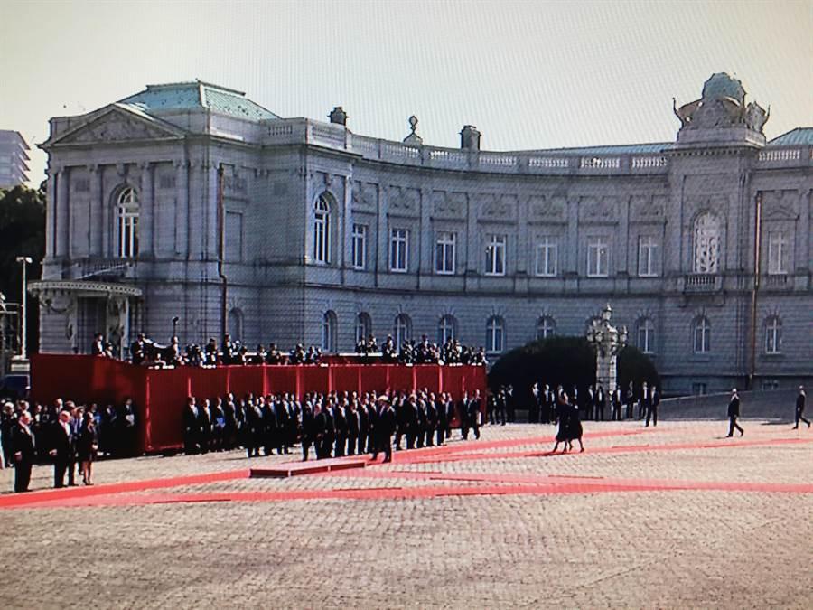 美國總統川普攜梅蘭妮亞夫人6日中午在東京的迎賓館接受日本自衛隊的歡迎榮譽禮。(翻拍自NHK電視畫面)