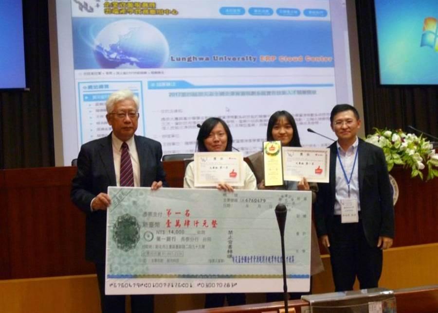 龍華科大副校長丁鯤(左一)頒發榮獲頂尖盃競賽團體組第一名獎金與獎牌,右為指導老師吳瑞煜。(龍華科大提供)