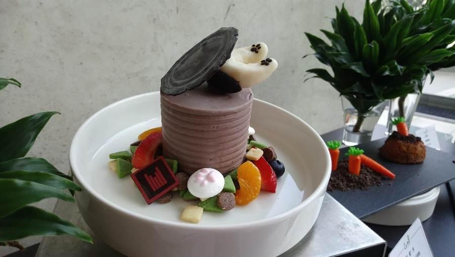 製成罐頭造型的蛋糕,逗趣的表現出狗狗迫不及待撲向罐頭大餐的畫面。(圖/曾麗芳)