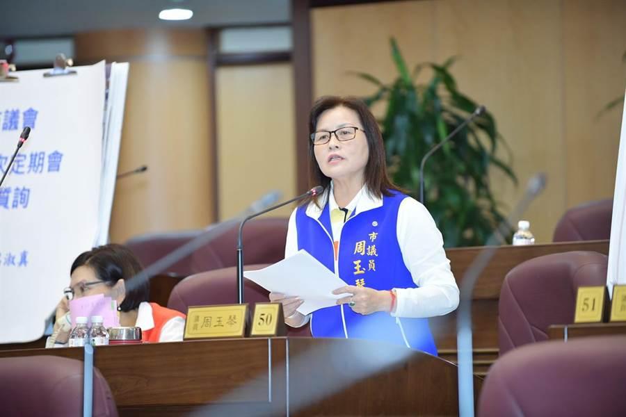 市議員周玉琴爭取楊梅到青埔高鐵的快捷公車。(甘嘉雯翻攝)