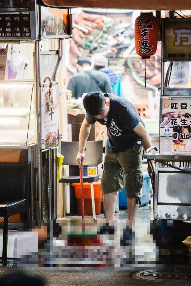 錦州街方家滷味血跡斑斑,老闆等3人中彈。(郭吉銓攝)