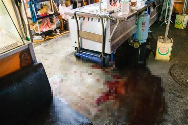 滷味攤地板留下大片血跡,令人怵目驚心。(郭吉銓攝)