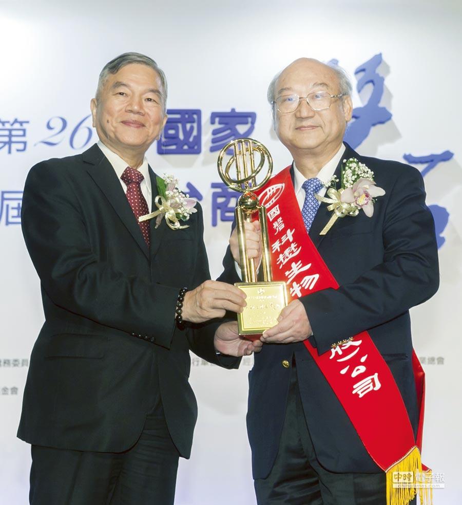 科懋董事長陳澤民(右)接受經濟部長沈榮津(左)頒獎。圖/業者提供