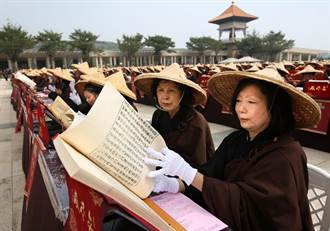 佛館「千人曬經」為國際書展和蔬博會揭幕 「千人茶禪」小茶師成果展吸引千人品茗