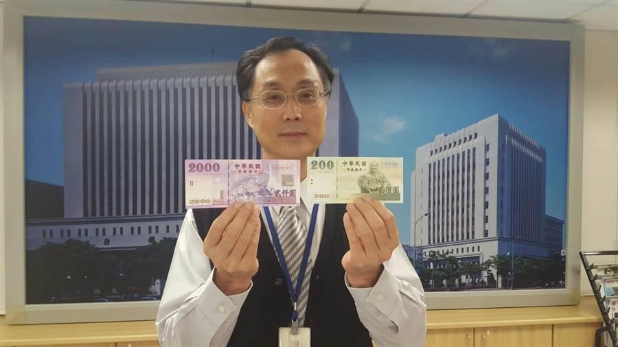 因應商家拒收2字頭鈔券,央行將加強宣導。(圖/呂清郎攝)
