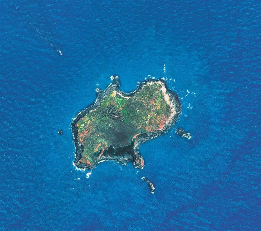 棉花嶼之礁盤狀似一倒掛水滴形,行政管轄隸屬基隆市,與花瓶嶼、彭佳嶼譽有「北方三島」之名。自1996年起,此島已劃為野生動物保育區。(中央大學提供)