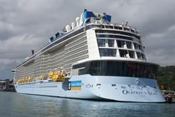亞洲最大郵輪首航基隆  民眾搶搭遊艇拍照