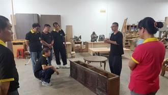 木桌椅環保又公益 清潔隊員巧手修舊家具