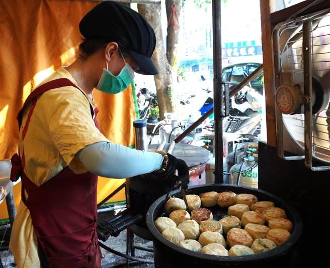 「無名水煎包」熱賣的高麗菜和韭菜冬粉,老闆大方的包進滿滿餡料。(盧金足攝)