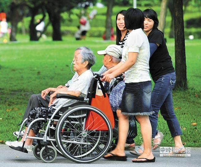 由於外籍家庭看護工不在《勞基法》保障範圍,無法7休1,長期飽受移工團體批評,去年就有34.8%外籍家庭看護工「都不休假」,當中甚至還有2.1%的雇主不給休假也不給加班費。示意圖與當事人無關。(資料照)