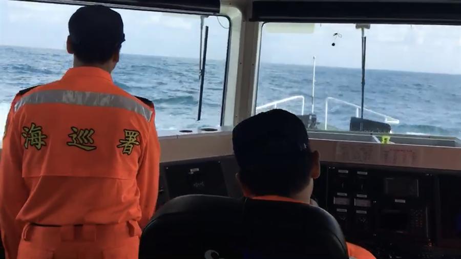 基隆海巡隊於彭佳嶼海域進行擴大搜索,至今仍未尋獲幻象戰機。(張穎齊翻攝)