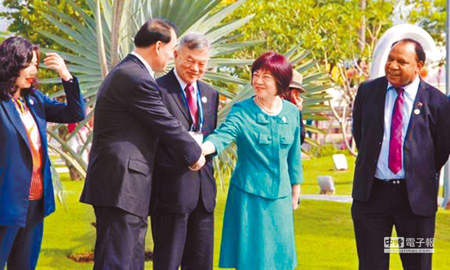 經濟部長沈榮津(左二)和國發會主委陳美伶(右二)9日出席APEC石雕公園開幕式,與大陸外交部副部長李保東(左一)握手寒暄,沈榮津更數次主動與陸方攀談。(陳鷖人攝)