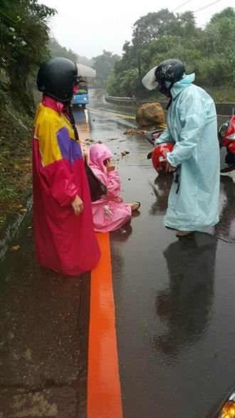 連日降雨致災 九份落石砸傷女騎士