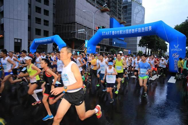 今年邁入第36年的舒跑杯,12日早上開跑,吸引3萬名民眾參與。(盧金足攝)