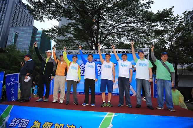 市府與維他露集團主辦的 「台中市第36屆舒跑杯路跑競賽」12日在台灣大道市政大樓前廣場盛大登場。(盧金足攝)