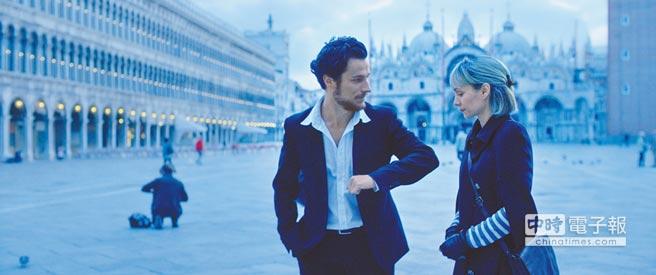 演過《黑天鵝》的柯賽妮亞索羅在片中飾演「露西」,在旅程中遭男人詐騙。(原創娛樂提供)
