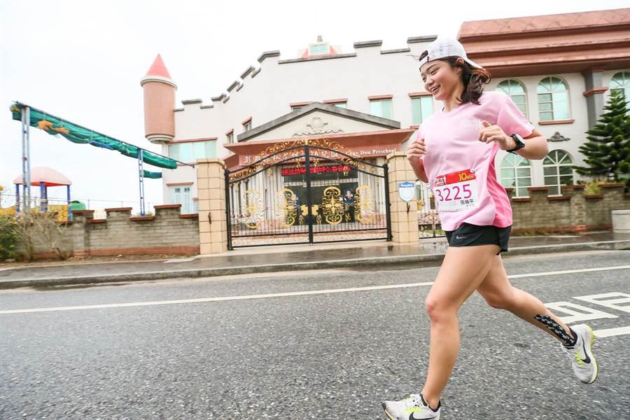 遠航空服員張倫平獲得十公里女子組第二名。圖:遠航提供