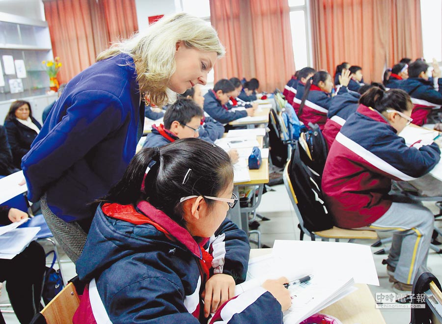 2014年2月25日,英國教育副部長在上海「取經」數學教育。(新華社)