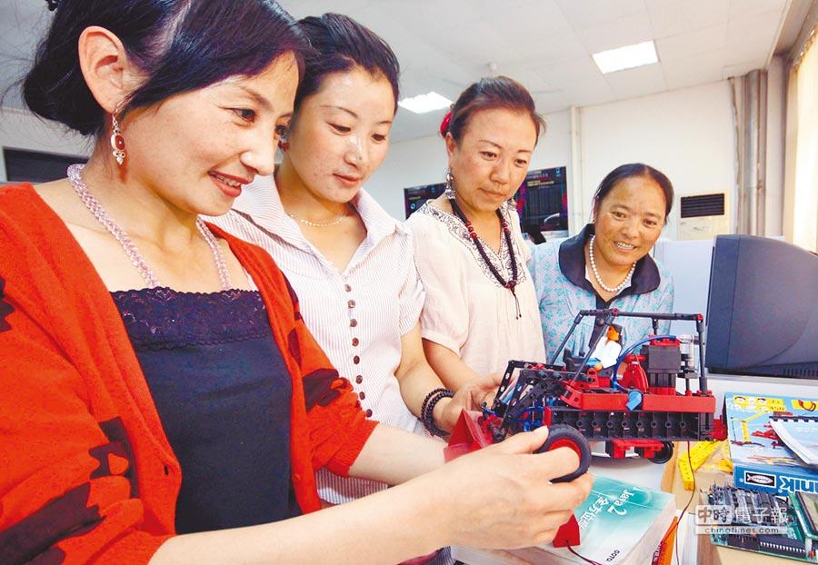 青海教師到天津師大教師技能培訓實驗室,接受教學培訓。(新華社資料照片)