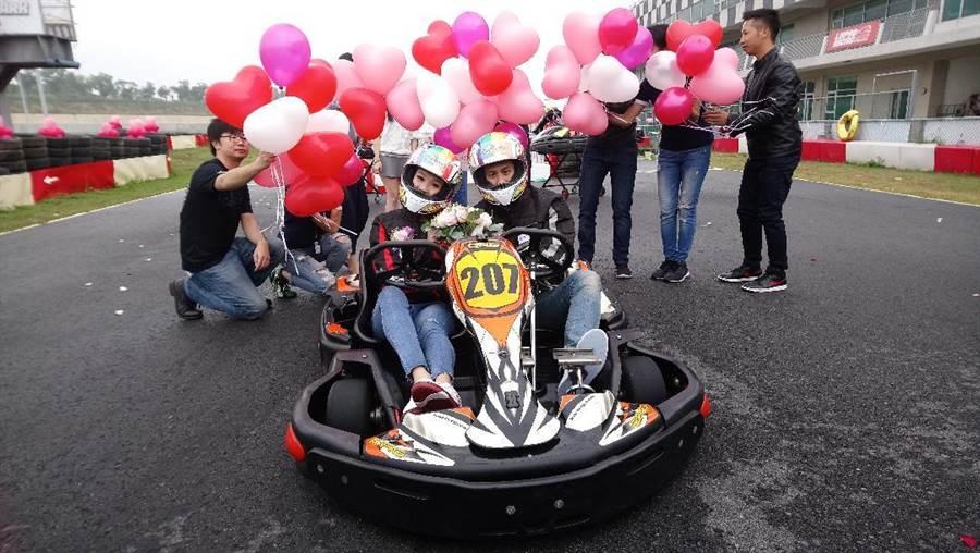 全台首創的「賽車婚禮」,新人在麗寶國際賽車場開著雙人卡丁車,讓賽道變成紅地毯!(圖/曾麗芳)