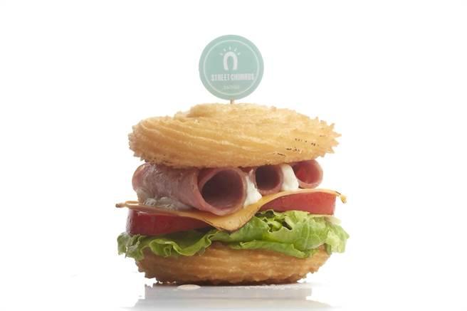 市場首見的「吉拿漢堡」有燻雞與火腿兩種口味。(圖/Street Churros)