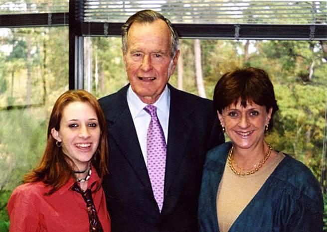 美國前總統老布希(中),前中央情報局幹員之女柯莉根(Roslyn Corrigan,左)。(摘自breitbart.com)