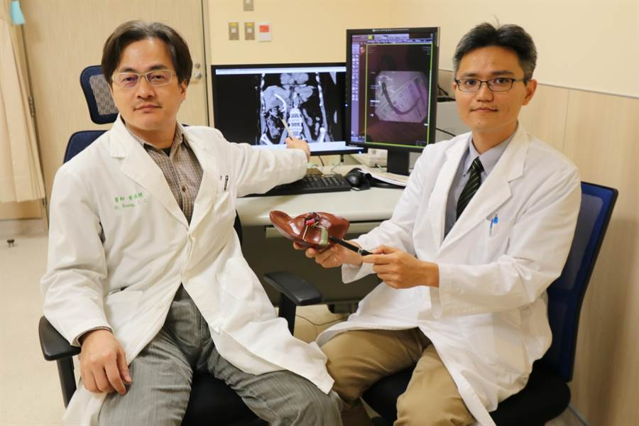 亞大醫院一般外科主治醫師黃瑞建(左起)與肝膽胃腸科主任陳政國,跨科合作協助百歲人瑞擺脫膽囊炎。(林欣儀攝)