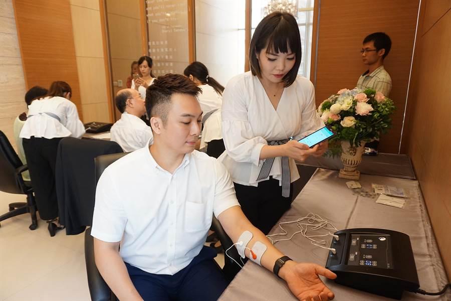 業者研發遠距智能照護系統,透過手機就能進行居家電療。(柯宗緯攝)