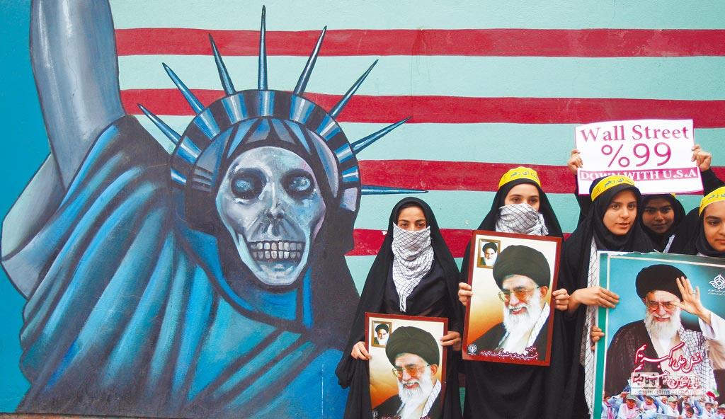 2011年11月4日,伊朗民眾在原美國駐伊朗大使館前舉行反美集會。(CFP)