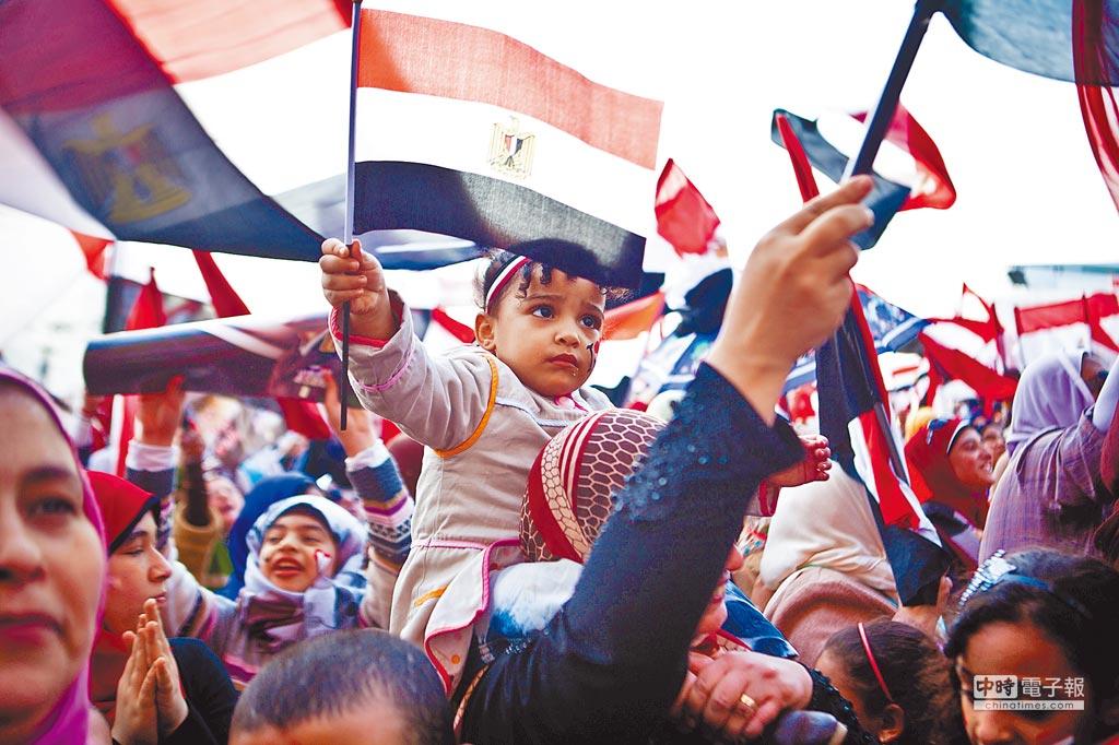 2014年1月25日,臨時政府的支持者慶祝埃及革命爆發三周年。(CFP)