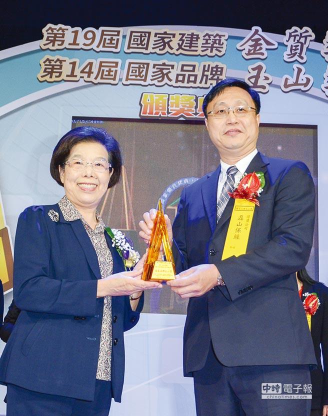監察院院長張博雅(左)頒發「傑出企業類」,磊山保經總經理曾粹頤(右)代表領獎。圖/業者提供