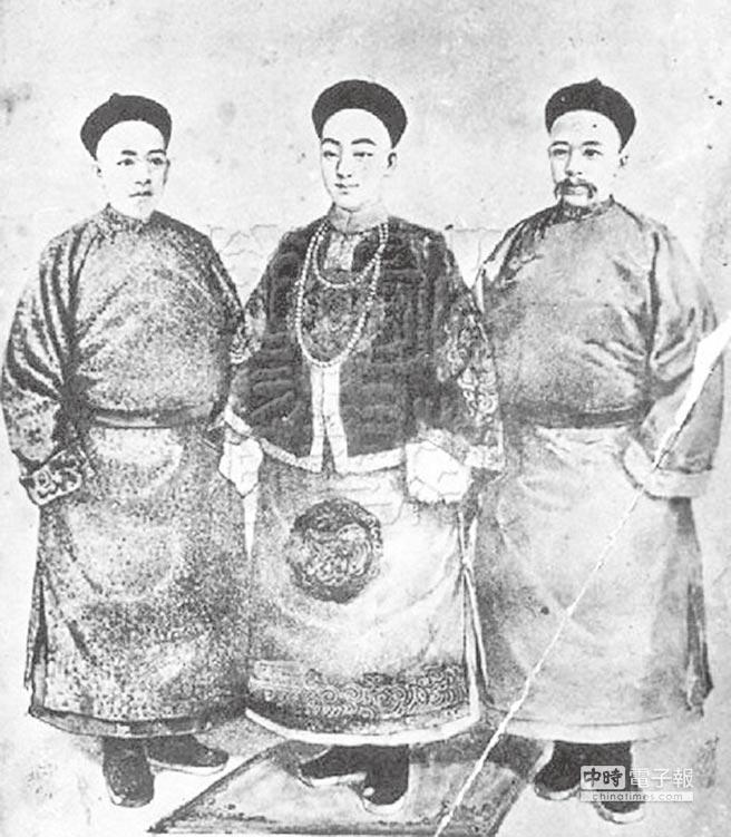 百日維新前的梁啟超(左起)、光緒皇帝和康有為畫像。(摘自網路)