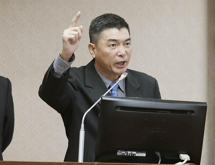 國防部副參謀總長兼執行官陳寶餘表示,明明就是慶富違法,為什麼一直咬著國防部?若有海軍有任何違法,他願意下台、退伍負責。(姚志平攝)