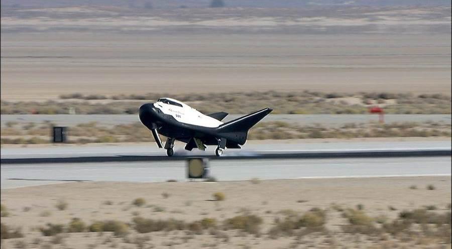迷你太空梭逐夢者號,在加州愛德華基地完成滑翔測試。(圖/NASA)