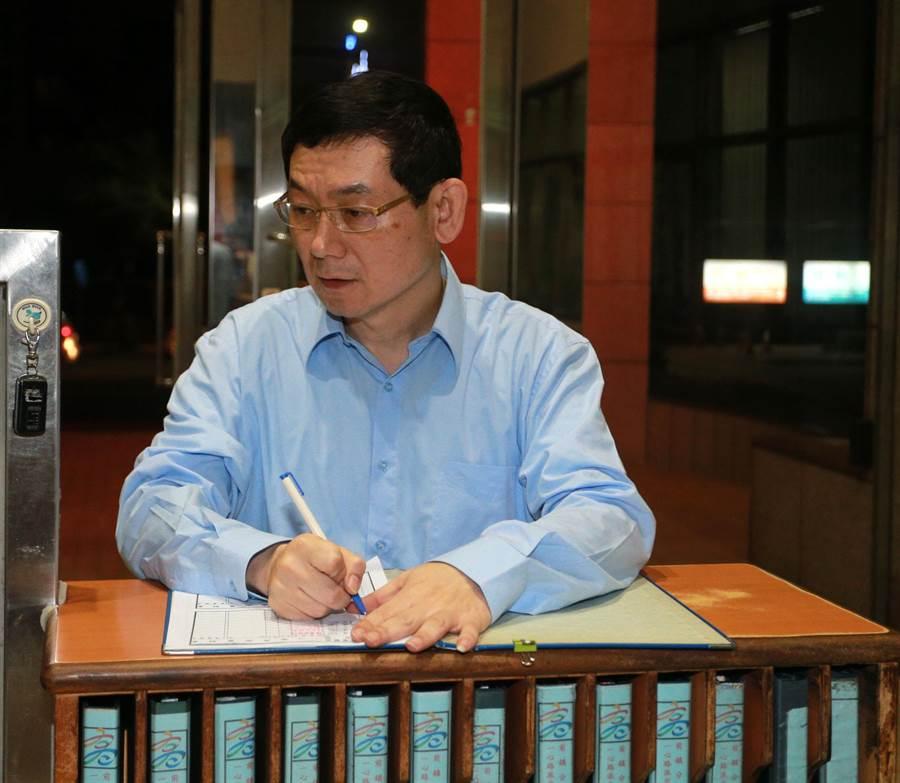 慶富公司前執行長簡良鑑15日晚上到高雄市前鎮分局一心派出所報到。(呂素麗攝)