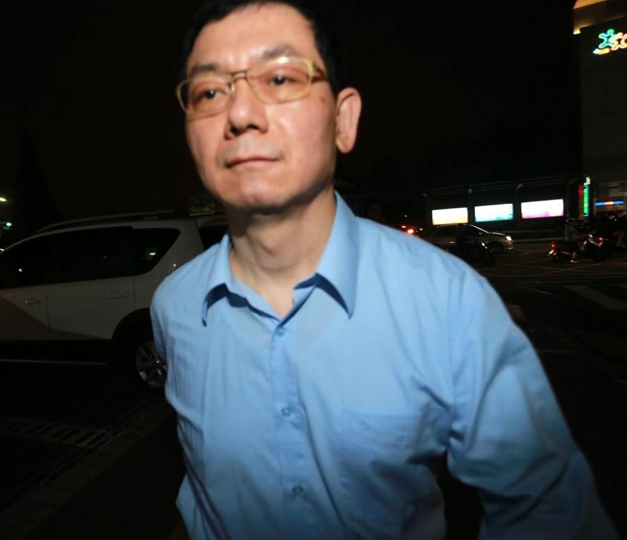 慶富公司前執行長簡良鑑15日晚上到高雄市前鎮分局一心派出所報到後快速離去,一度跑給記者追。(呂素麗攝)