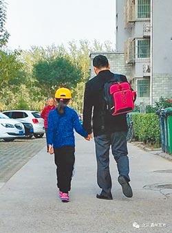 陸9歲女童喪父 13爸媽愛心接送