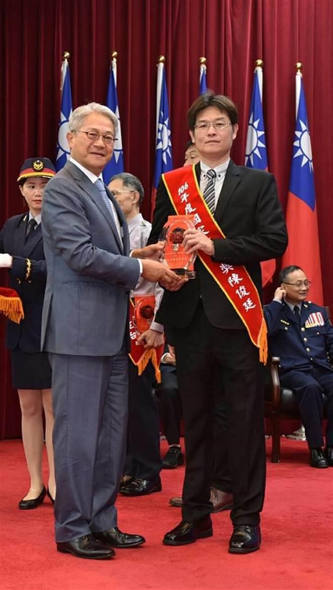 龍潭警分局偵查隊小隊長陳俊廷(右)日前獲得國家警英獎,他也感謝家人體諒、長官支持,才能讓他獲獎。(賴佑維翻攝)