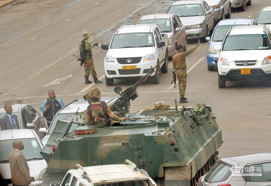 辛巴威軍方15日派出坦克車,開進首都哈拉雷,還有武裝部隊在街頭巡邏,一片肅殺之氣。(路透)