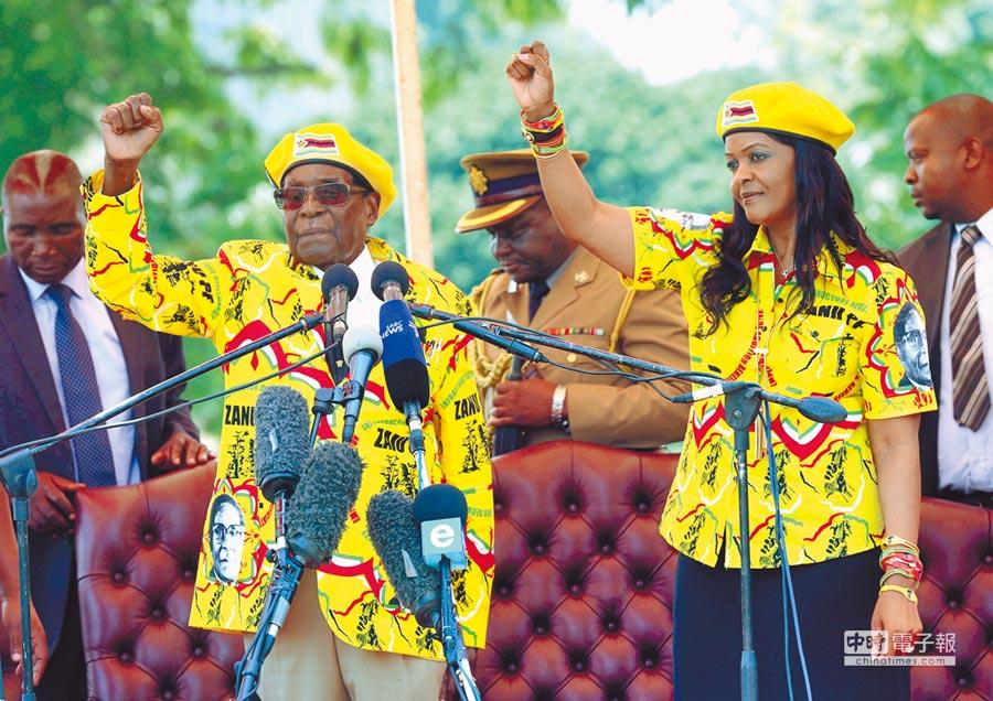 在位37年的辛巴威總統穆加比與積極準備接班的第一夫人葛莉絲本月8日穿著「情侶裝」,共同出席活動。(美聯社)