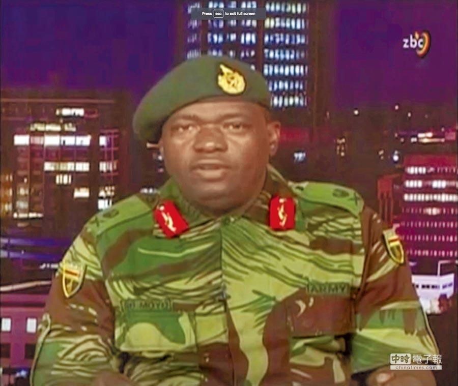 辛巴威總統穆加比突遭軍方軟禁,國防軍少將莫約15日透過國營電視台ZBC強調,本次行動「不是政變、只是清君側」。(路透)