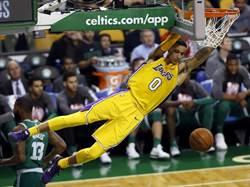 NBA》球爸砲轟華頓 庫茲馬力挺教頭