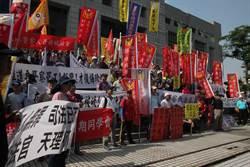 鄭性澤被控殺警改判無罪 退警法院前喊「恐龍法官下台」