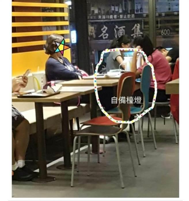 媽媽帶女兒在麥當勞K書,還自備USB小檯燈,並要求旁邊用餐的人聊天小聲點。(翻攝自臉書《爆怨公社》)