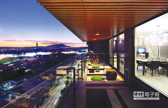 「藍田陞玉」16米面寬客餐廳實景照,陽台夜景壯闊迷人,吸引頂級客層目光。圖/業者提供