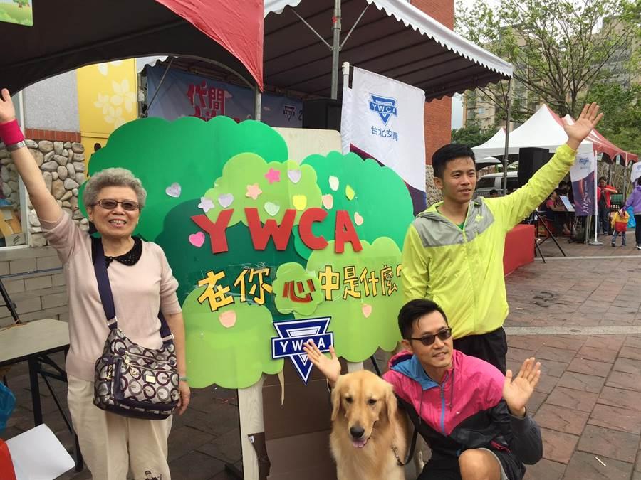 圖為2016健走,祖孫三代帶愛犬齊來響應。(主辦單位提供)