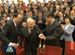 習近平看到中國核潛艇之父黃旭華 網民喊:這個動作太帥!