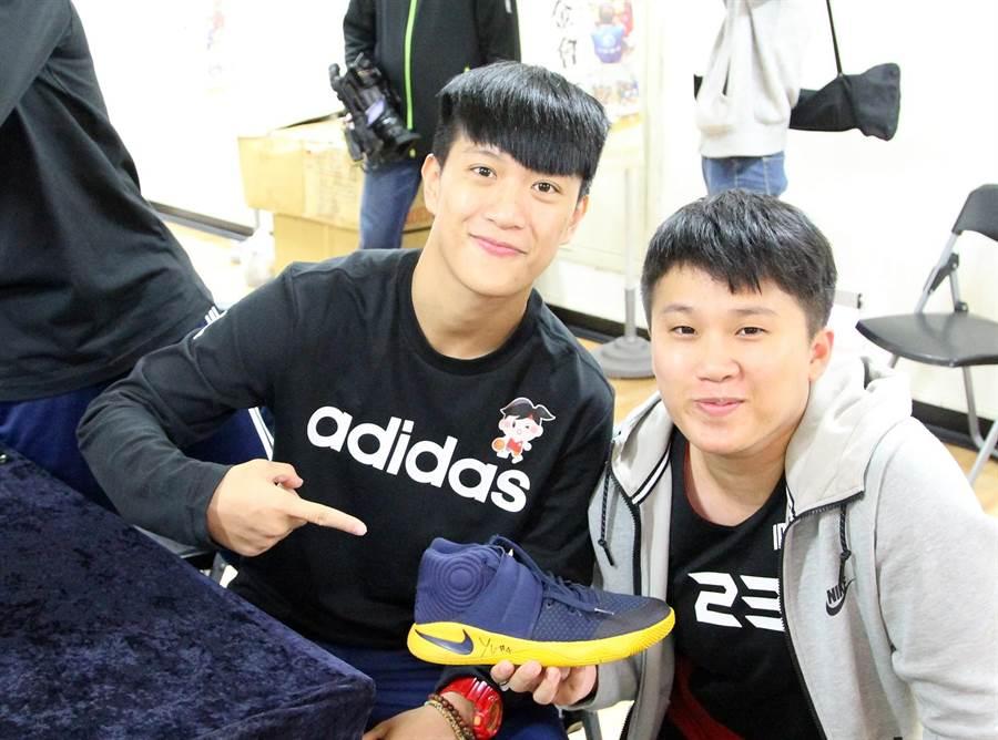電信三對三公益籃球賽桃園健行科大開打,賽前舉辦簽名會,有球迷拿球鞋給「法拉利」陳晏宇簽名。(林宋以情攝)