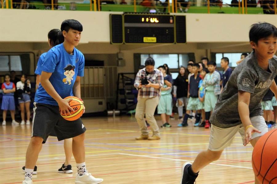 電信三對三公益籃球賽電信女籃與球迷互動。(林宋以情攝)